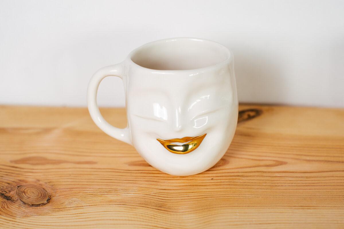 Garenā sejas krūze ar zelta lūpām